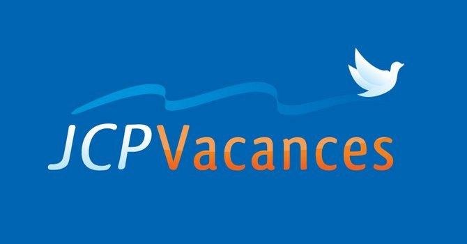 3-JCP-Vacances_fd-bleu_670x350_com